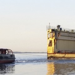 Dutch Marine sleept drijvend droogdok naar Vlissingen